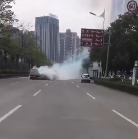 烟嗷嗷,世贸对面一台小货车在路中间冒白烟