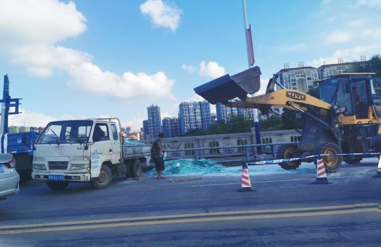 """""""哐啷哐啷""""整车玻璃倒在二桥上,交警环卫马上参与清理玻璃碎"""