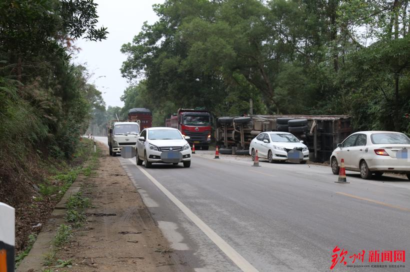钦州一重型卡车冲出马路,侧翻于深沟中,财物损失不小!