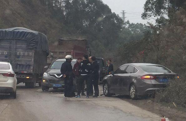 大垌往大井方向,装逼弯道超车导致两车相撞
