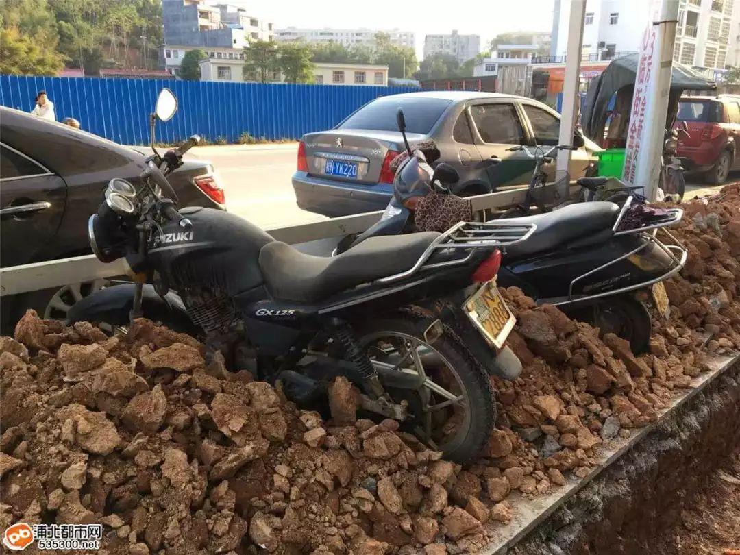 我*!浦北商业街你这是要逆天啊?看把我的车整得...
