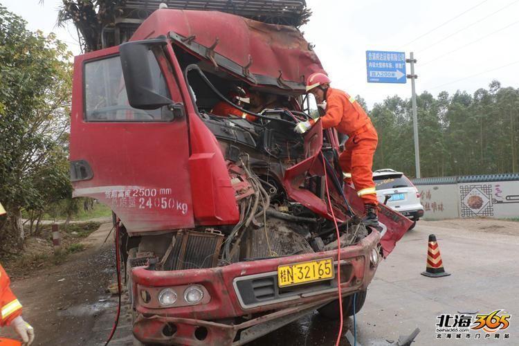 钦州一辆甘蔗车在合浦被撞,车头都扁了,司机被方向盘死死卡住!