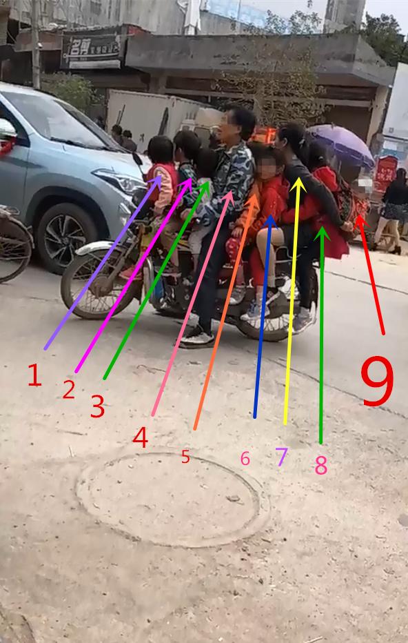 哦嗬,龙门港一台摩托搭九个人!!!这一家子看得令人提心吊胆