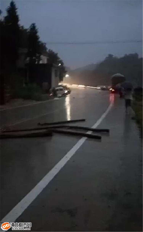 浦北六硍新坡大坡田面包车被货车撞飞,一人当场断脚!
