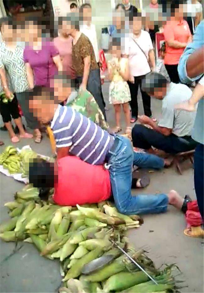 张黄两男女街边激烈扭打争斗,众多路人围观劝解
