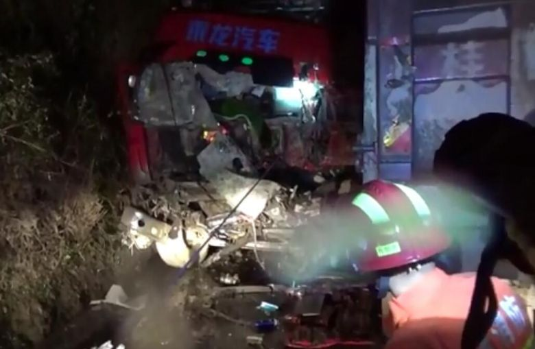 康熙岭土地坪路段,一台渣石车被撞爆车头,被困人员已无生命迹象