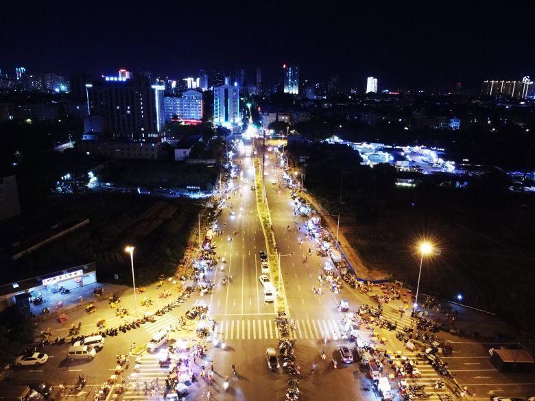 航拍钦州最大的地摊夜市街,新兴西路长一公里的地摊经济火了