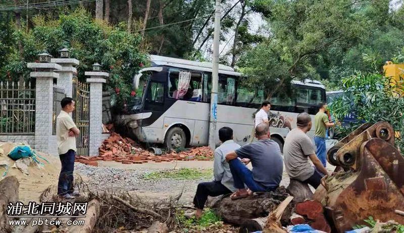 险!一客运班车失控撞坏居民围墙