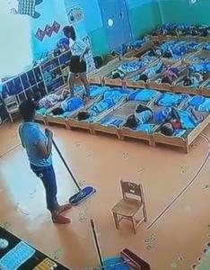 """钦州某幼儿园老师""""虐待""""视频炸锅"""