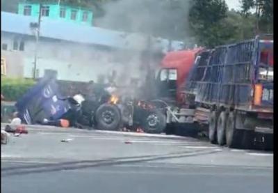 突发!钦陆公路多车相撞,大货车当场起火,伤者满脸是血被合力救出