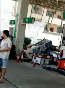 牛掰!钦州一司机倒车不慎把油站的加油机撞倒了