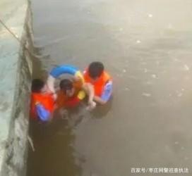 一女子走向深水区欲轻生,两名辅警跳入水中施救