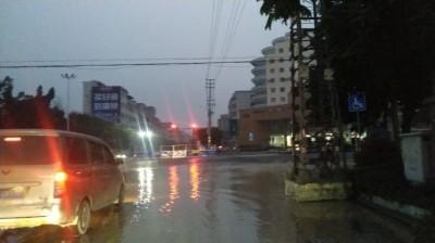 今天早上起来很多钦州人没水漱口,而这个地方却水浸街