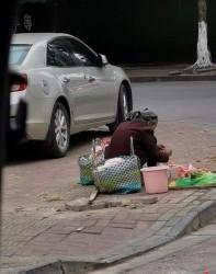 钦州这位老奶奶,风雨无阻摆摊卖菜,网友:人老只能靠自己?