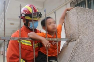 疼!疼!疼!围栏钢筋刺入熊孩子手臂,钦州消防成功施救