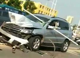 花鸟市场路口护栏又被撞烂了,小车挡风玻被护栏穿心而过,现场视频+图